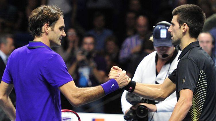 Roger Federer et Novak Djokovic se saluent (en 2012 à Londres) (GLYN KIRK / AFP)