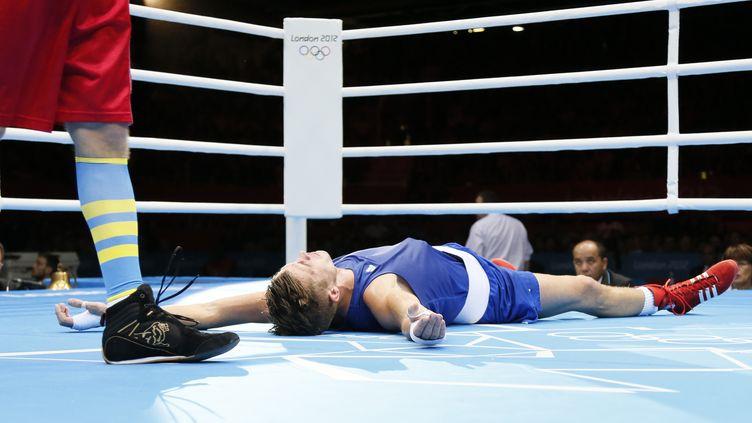 Le Français Alexis Vastine, au sol, stupéfait de l'annonce de sa défaite face à l'UkrainienTaras Shelestyuk, le 7 août à Londres (Royaume-Uni). (JACK GUEZ / AFP)
