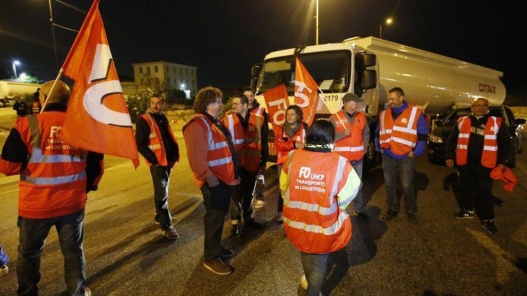 Des grévistes FO-UNCP bloquent l'accès à la raffinerie Total de Châteauneuf-les-Martigues (Bouches-du-Rhône), le 25 septembre 2017. (GUILLAUME HORCAJUELO / EPA)