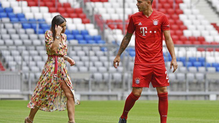 Le Français Lucas Hernandez avec sa femme Amelia Ossa Llorente, le 8 juillet 2019, à l'Allianz Arena, à Munich (Allemagne). (FRANK HOERMANN / SVEN SIMON / AFP)