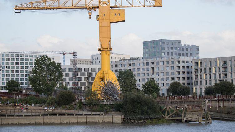 Le pied de la grue jaune au bord de la Loire à Nantes, là où le corps de Steve Maia Caniço a été retrouvé le 29 juillet 2019. (LOIC VENANCE / AFP)