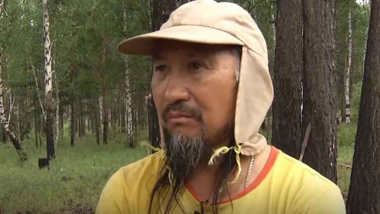 Capture d'écran d'une vidéo où le chamane sibérien Alexandre Gabychev explique son périple à pied jusqu'à Moscou. (YOUTUBE)