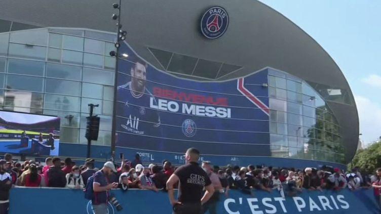 PSG : Lionel Messi accueilli comme un dieu à Paris (FRANCE 3)