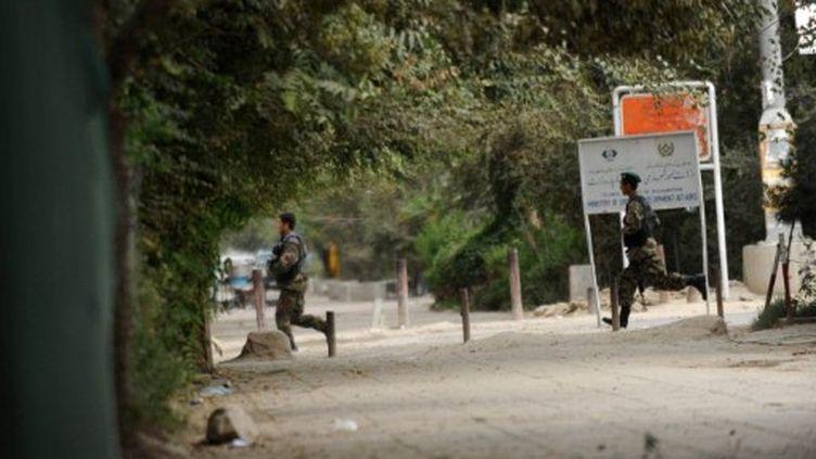 Membres des forces de sécurité afghanes pendant l'attaque des talibans à Kaboul (13-9-2011) (AFP - Massoud HOSSAINI)