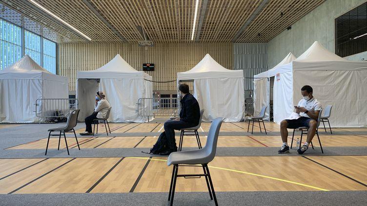 Dans un centre de vaccination de Romainville (Seine-Saint-Denis), le 8 juin 2021. (OLIVIER MORIN / AFP)