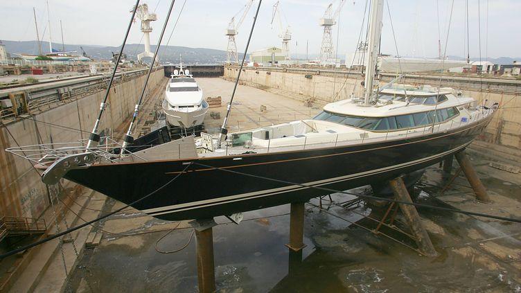 Des yachts sont en rénovation dans un bassin à sec des anciens chantiers navals de La Ciotat (Bouches-du-Rhône), le 28 juin 2005. (BORIS HORVAT / AFP)