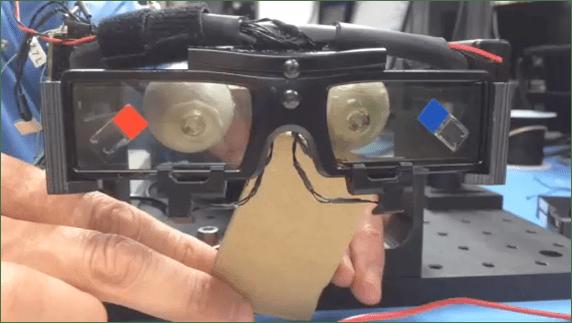 Prototype de lentilles de contact télescopiques et des lunettes qui servent à les contrôler. (ERIC TREMBLAY / EPFL)