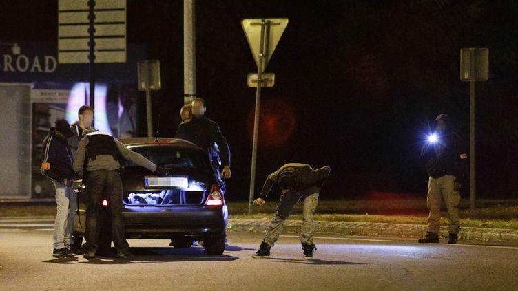 Des policiers inspectent une voiture à Boussy-Saint-Antoine (Essonne), le 8 septembre 2016, dans le cadre de l'enquête sur un attentat déjoué à Paris. (GEOFFROY VAN DER HASSELT / AFP)