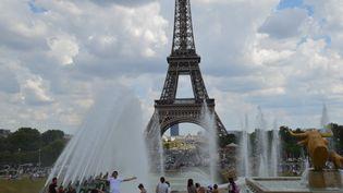 Des personnes se rafraîchissent grâce aux fontaines du Trocadéro, le 3 juillet 2018 à Paris. (ALPHACIT NEWIM / CROWDSPARK / AFP)