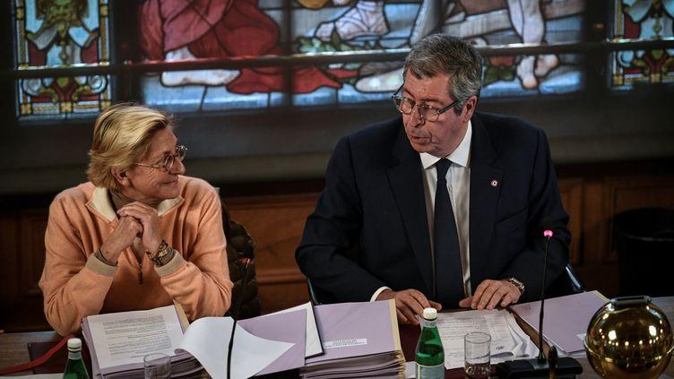 Isabelle et Patrick Balkany lors d'un conseil municipal à Levallois-Perret (Hauts-de-Seine), le 15 avril 2019. (STEPHANE DE SAKUTIN / AFP)