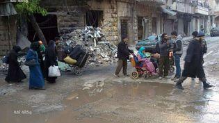 Des civils évacuent Alep-Est, en Syrie,le 15 décembre 2016. (AP / SIPA)