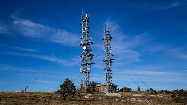 Des antennes-relais au sommet du mont Aigoual, dans le Massif central, le 13 septembre 2019. (BENJAMIN POLGE / HANS LUCAS / AFP)