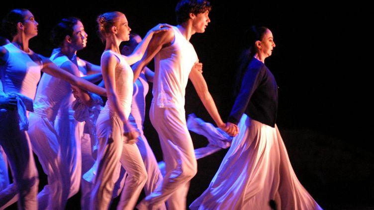La ballerine brésilienne Marcia Haydee sur scène avec des dansseus de l'école de danse Rudra Béjart en 2003. (SUHAILA SAHMARANI / AFP)