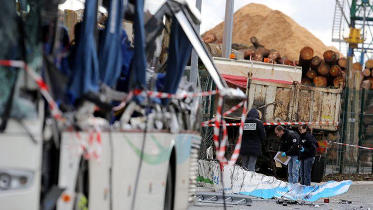 """(Après l'accident à Rochefort, le chauffeur du camion a été mis en examen pour """"homicides et blessures involontaires"""" © MaxPPP)"""