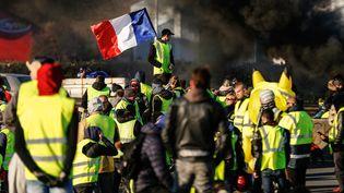"""Des """"gilets jaunes"""" pendant uneaction de blocage sur le périphériquede Caen (Calvados), le 18 novembre 2018. (CHARLY TRIBALLEAU / AFP)"""