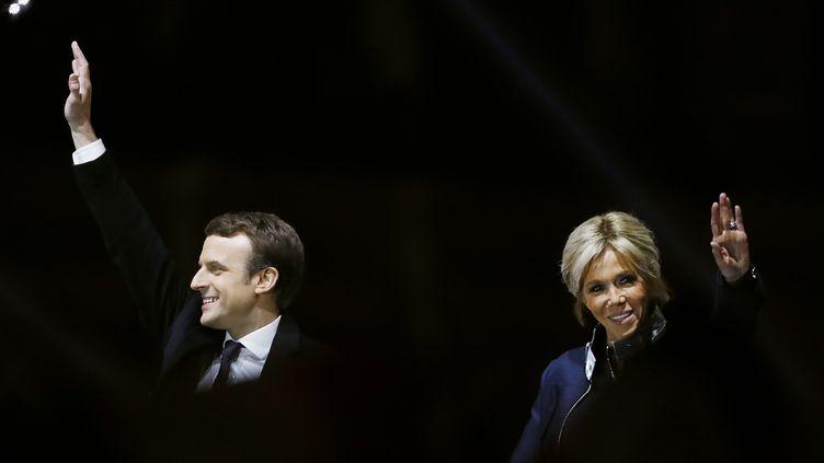 Emmanuel Macron et sa femme Brigitte, au Louvre, dimanche 7 mai 2017, après le second tour de l'élection présidentielle. (PATRICK KOVARIK / AFP)