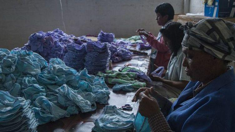 Centre de fabrication artisanale de serviettes hygiéniques réutilisables à Durban, en Afrique du Sud, en mars 2015. (STEFAN HEUNIS / AFP)