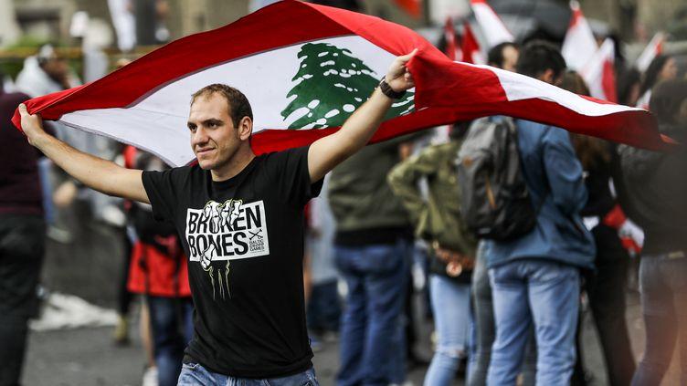 Un homme manifeste le 24 octobre 2019 à Beyrouth (Liban). (JOSEPH EID / AFP)