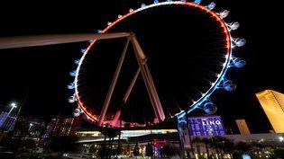 La Grande Roue de Las Vegas, dans le Nevada, porte les couleurs du drapeau français. (ETHAN MILLER / GETTY IMAGES NORTH AMERICA / AFP)