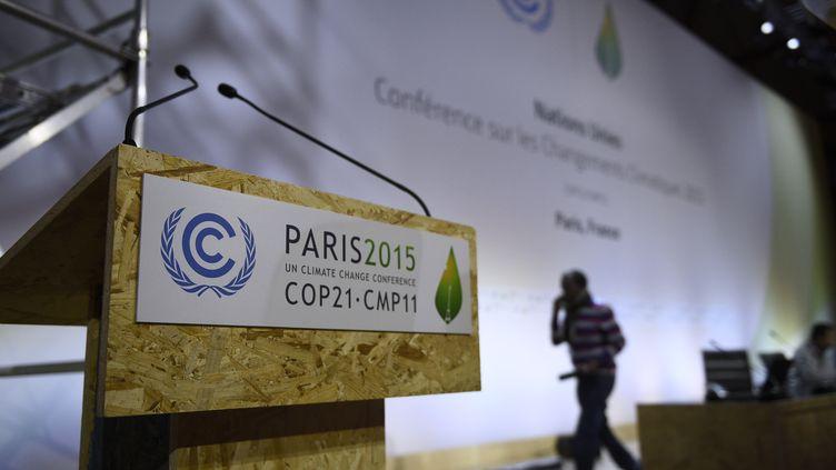 Un pupitre est installé dans une salle de conférence en prévision de la COP21, au Bourget, jeudi 26 novembre 2015. (MARTIN BUREAU / AFP)