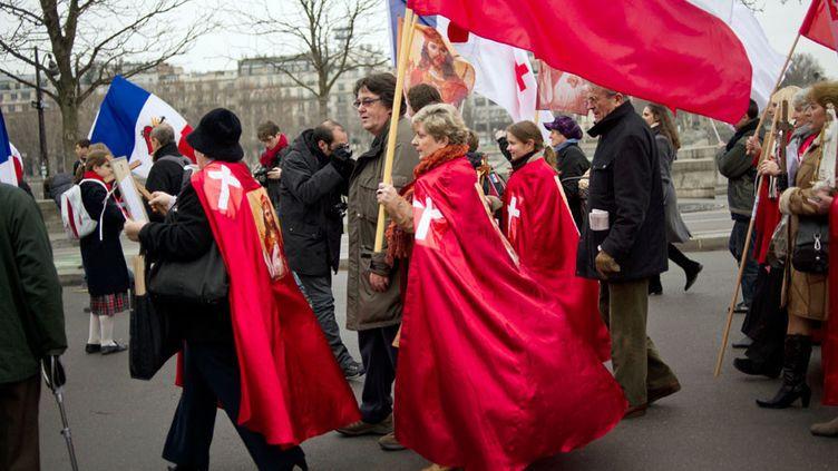 """Manifestation de catholiques ultra-conservateurs contre la pièce """"Golgota Picnic"""" à Paris (11 décembre 2011)  (Fred Dufour / AFP)"""