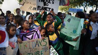 Le 14 juin dernier, des élèves sud-africains se sont mobilisés devant le Parlement du pays, au Cap, dans le cadre des manifestations organisées par Extinction Rébellion. (Rodger Bosch/AFP)