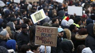 Des manifestants se rassemblent à Bobigny (Seine-Saint-Denis) pour dénoncer l'interpellation violente de Théo, le 11 février 2017. (PATRICK KOVARIK / AFP)