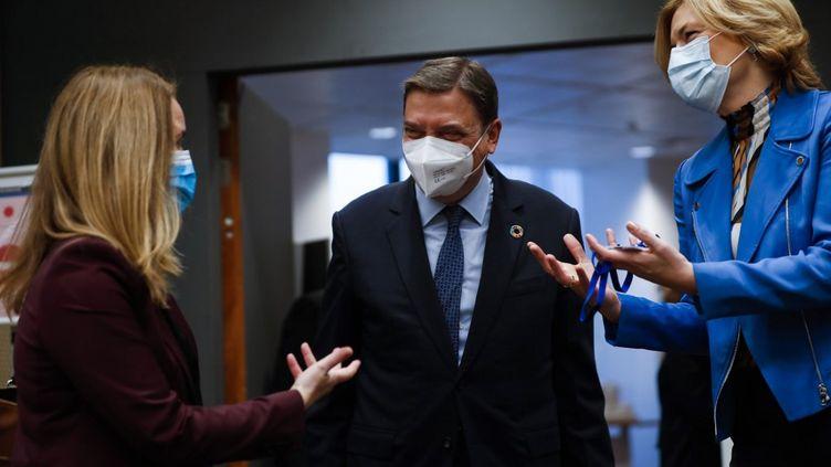 La ministre allemande de l'AgricultureJulia Klockner (droite) discute avec ses homologues espagnol Luis PLanas (centre) et suédoise Jennie Nilsson, à Bruxelles (Belgique), le 15 décembre 2020. (FRANCISCO SECO / AFP)