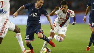 Lionel Messi et Lucas Paqueta face à face lors de PSG - Lyon, dimanche 19 septembre (IAN LANGSDON / EPA)