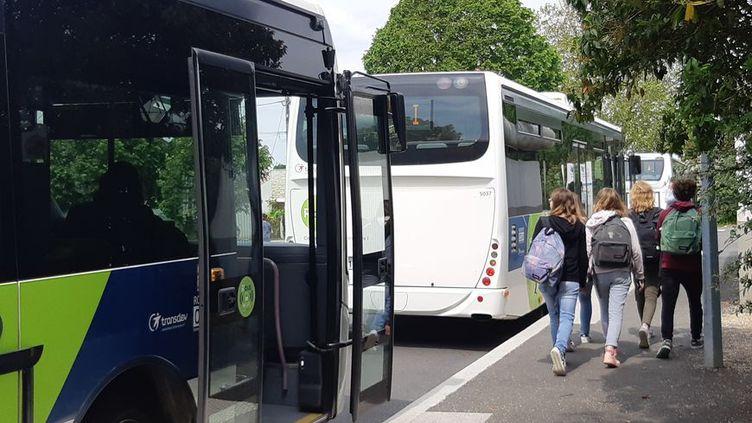 Des élèves descendant d'un car scolaire àRochefort (Charente-Maritime), le 23 mai 2019. (MARIE-LAURENCE DALLE / RADIOFRANCE)