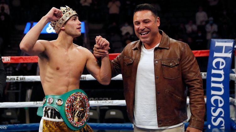 Oscar De La Hoya (droite) félicitant Ryan Garcia (gauche) lors de sa victoire contre Campbell en janvier dernier à Dallas. (TIM WARNER / GETTY IMAGES NORTH AMERICA)