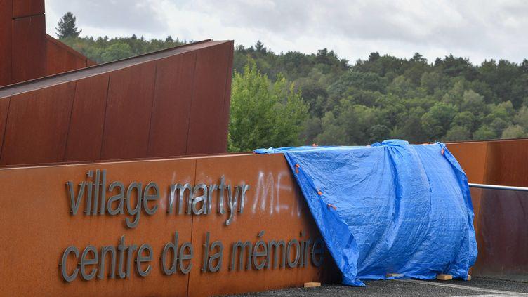 Une bache recouvre des tags inscrits à l'entrée du Centre de la mémoire d'Oradour-sur-Glane (Haute-Vienne), le 22 août 2020. (MAXPPP)