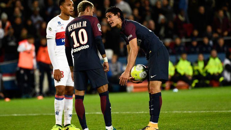Edinson Cavani et Neymar en pleine discussion pour tirer un penalty, contre Lyon (CHRISTOPHE SIMON / AFP)