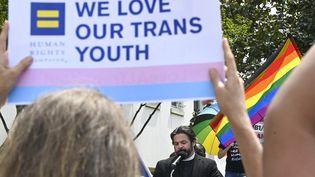 Le révérend David Chatel prend la parole lors d'un rassemblement à Montgomery, dans l'Alabama, pour attirer l'attention sur la législation anti-transgenre introduitedans cet Etat, le 30 mars 2021. (JULIE BENNETT / GETTY IMAGES NORTH AMERICA / AFP)