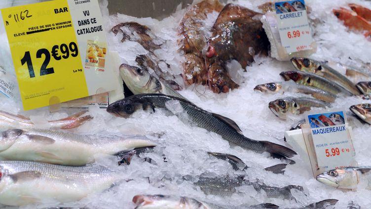 L'écrasante majorité des poissons vendus en supermarché, comme le bar, est issue de pêche non durable. (FRED TANNEAU / AFP)