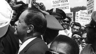 "JosephMankiewicz et James Baldwin dans la foule, extrait du documentaire ""I'm not your negro"", deRaoul Peck. (DAN BUDNIK)"