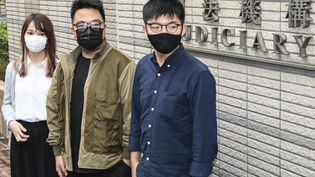 Les militants pro-démocratie Agnes Chow (gauche), Ivan Lam (centre) et Joshua Wong (à droite) arrivent pour leur procès à Hong Kong le 23 novembre 2020. (PETER PARKS / AFP)