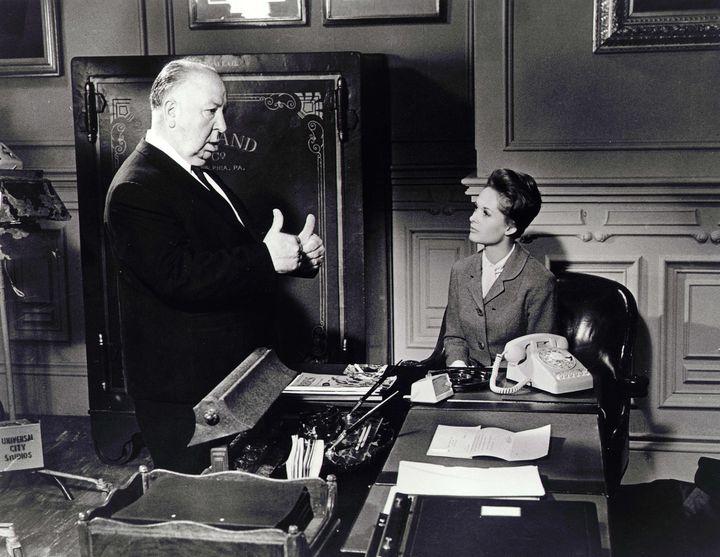 """Alfred Hitchcock et Tippi Hedren lors du tournage de """"Pas de printemps pour Marnie"""" (1964).  (Kobal / The Picture Desk)"""