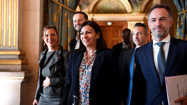 La maire de Paris Anne Hidalgo arrive à l'hôtel de ville entouréede ses collaborateurs, le 3 juillet 2020. (BERTRAND GUAY / AFP)