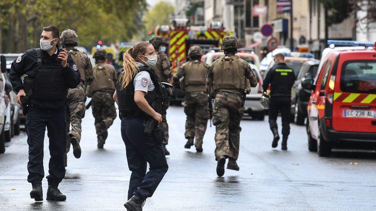 Des forces de l'ordre dépêchées sur les lieux d'une attaque à l'arme blanche commise dans le 11e arrondissement de Paris, vendredi 25 septembre 2020. (ALAIN JOCARD / AFP)