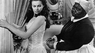 """Scarlett O'Hara (Vivien Leigh) et Mamma (Hattie McDaniel), dans l'adaptation à l'écran du roman de Margaret Mitchell """"Autant en emporte le vent"""", sorti en 1939. (KOBAL / AFP)"""