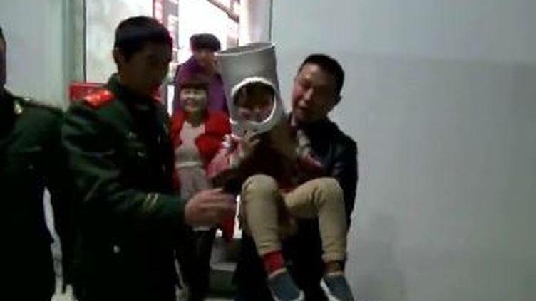 Un enfantde 5 ans secouru par les pompiers, le 28 mars 2016, à Fenghua, en Chine. (CCTV / APTN)