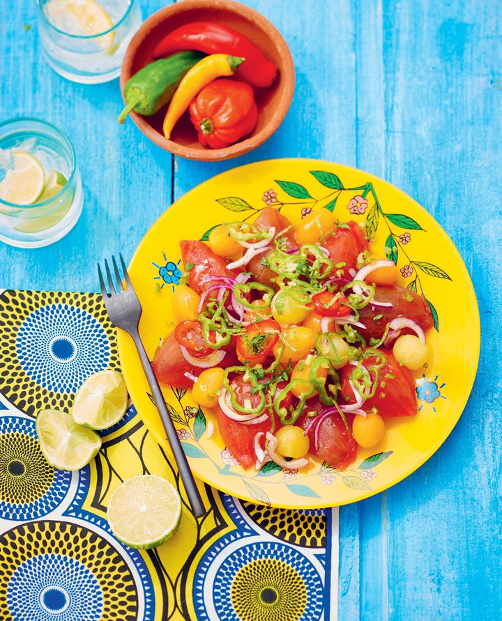Salade Kachumbari, tomates, oignons, piments, à laquelle on peut ajouter avocat, mangue,concombre, etc. On la retrouve au Kenya, en Tanzanie ou au Malawi. (Aline Princet et Isabelle Drouant)