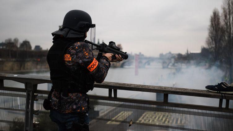 """Un policier armé d'un lanceur de balles de défense, le 5 janvier 2019 à Paris, lors d'une manifestation des """"gilets jaunes"""". (MARION VACCA / HANS LUCAS)"""