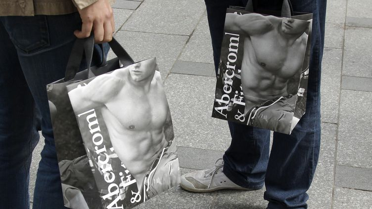 Des clients d'Abercrombie & Fitch à la sortie du magasin sur les Champs-Elysées, à Paris, le 19 mai 2011. (BENOIT TESSIER / REUTERS)