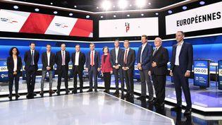 """Photo de famille des 12 têtes de listes aux européennes qui s'affrontent lors du premier grand débat dans """"L'Emission politique"""", le 4 avril 2019. (BERTRAND GUAY / AFP)"""