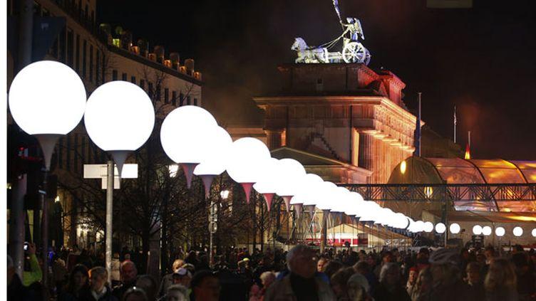 (8000 ballons représentant le tracé du Mur de Berlin, sont installés le long de l'ancienne frontière. © Reuters/Fabrizio Bensch)