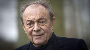 L'ancien Premier ministre Michel Rocard, le 5 février 2011 dans le jardin de sa maison à Choisel (Yvelines). (JOEL SAGET / AFP)