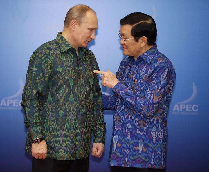 Le président russe Vladimir Poutine et le Premier ministre vietnamienNguyen Tan Dung, le 7 octobre 2013 à Bali (Indonésie). (DITA ALANGKARA / AFP)