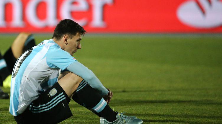 Le joueur argentin Lionel Messi après la défaite de son équipe en finale de la Copa America, à Santiago du Chili, le 4 juillet 2015. (RAUL SIFUENTES / GETTY IMAGES)